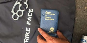 Una biblia salva la vida a policía que recibió disparo de calibre 9 milímetros
