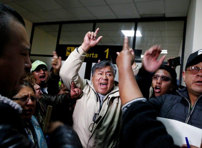 Funcionarios denuncian que les amenazaban para que apoyaran a Evo Morales