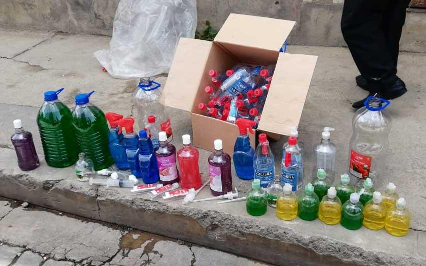 Hallan fábrica ilegal de alcohol en gel; comían en el mismo lugar que lo preparaban